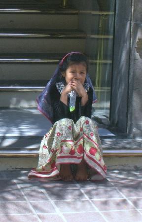 Casa Tlaquepaque Hotel-Galeria: Una niña indígena sentada al píe de un portal en la calle reverencia