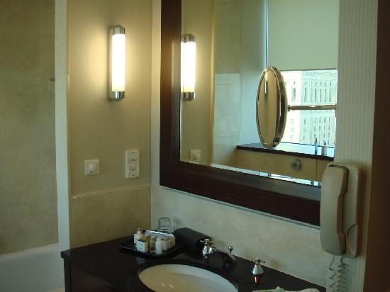 InterContinental Hotel Warsaw: The bathroom