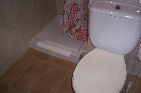 Hostal Regina: baño nuevo