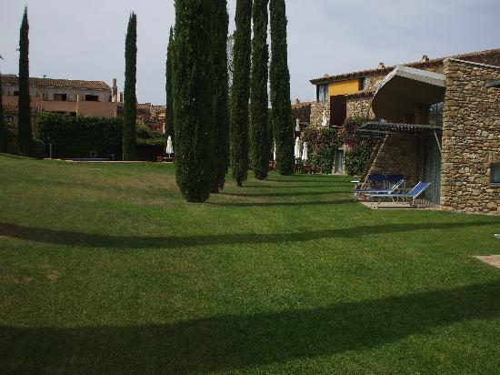 Arcs De Monells: Modern rooms overlooking lawn