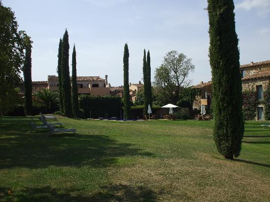 Arcs De Monells: Lawn and pool