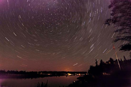 Tobermory, Канада: 20 minute time exposure illustrating the earth's rotation. Very clear skies for star viewing!