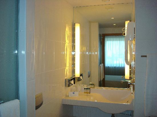 Novotel Vilnius: Bagno con doccia e vasca... ottima pulizia