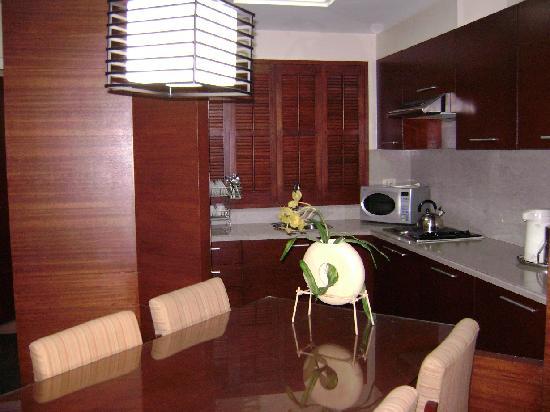 Amorsolo Mansion: view kitchen