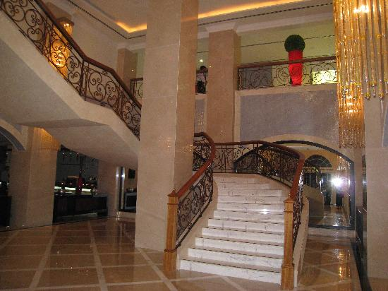 The Westin Dubai Mina Seyahi Beach Resort & Marina: Staircase down to Blue Orange & Pools