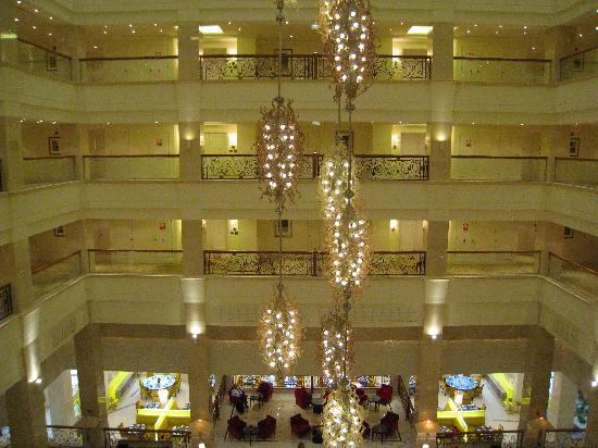 The Westin Dubai Mina Seyahi Beach Resort & Marina: Atrium and Blue Orange