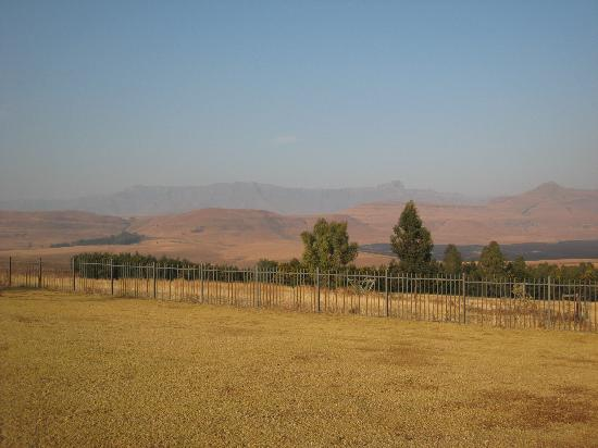 Montusi Mountain Lodge: VIew from the lodge on a hazy winter day