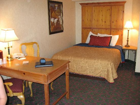 Cherry Valley Lodge: The Room - Desk/Bed