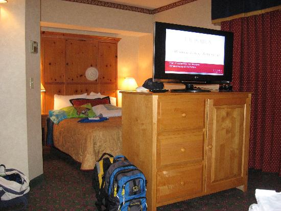 Cherry Valley Lodge: The Room - other bed, tv faces the seating area