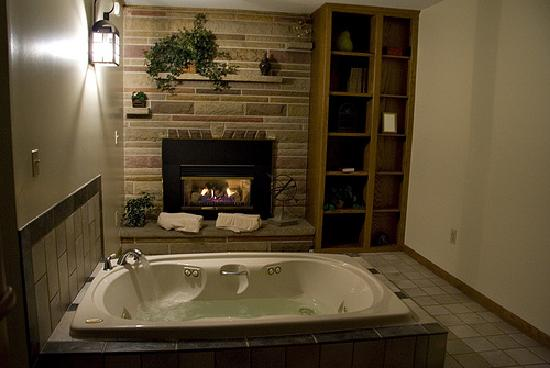 Zinck's Lodging on the Square: Fireplace and Jacuzzi