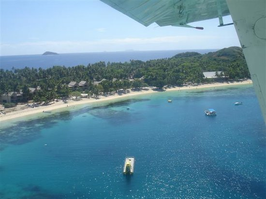 Mana Island, Fidschi: overview of mana south beach upon departure by little plane