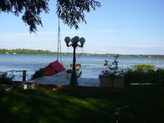 Brasscranes Bed & Breakfast: The lake and dock - view from the garden