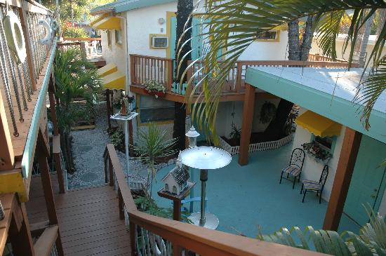 Sun Deck Inn & Suites: Doesn't do it justice but I love the courtyard.