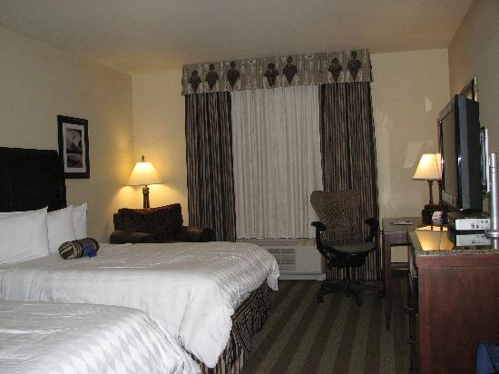Hilton Garden Inn Kalispell : Comfy Beds plus leather chair