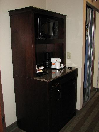 Hilton Garden Inn Kalispell : Kitchen Hutch w/coffee, micro, refer