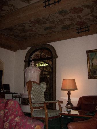 Hotel St. Georg: Ornate ceiling in lounge