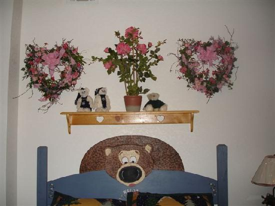 Cozy Bear Cottages: Artificial flowers and more bears