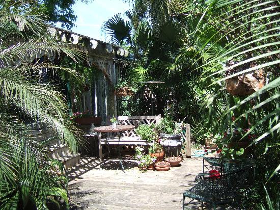 Maison de Lagniappe: The peace and quiet of the garden