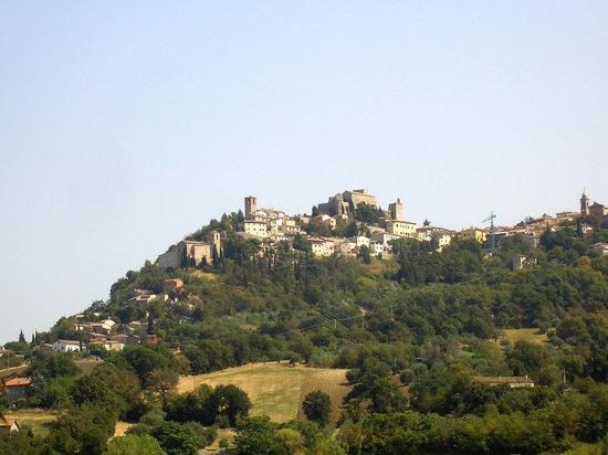 Ristorante La Capannina Torriana: Verucchio, visto dal giardino della Capannina