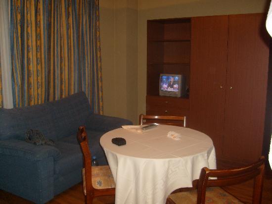 Apartamentos Juan Bravo: Comedor (sofá muy cómodo)