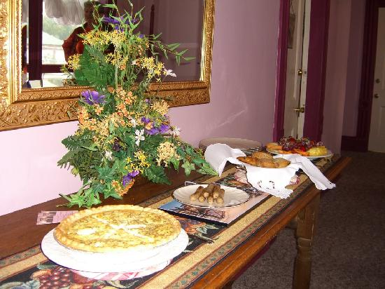 Heritage Lodging Bed and Breakfast: Our wonderful breakfast made by Linda