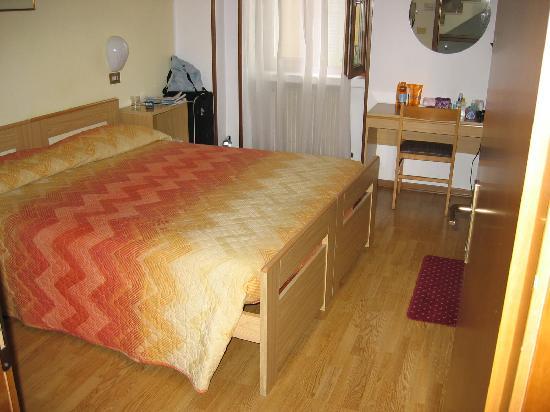 Albergo Aurora: Bedroom