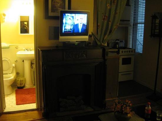 โรงแรมกราซีย์ อินน์: Living room view from futon