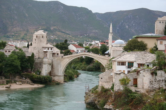 Mostar, Bosnia-Herzegovina: 雨のOld Bridge