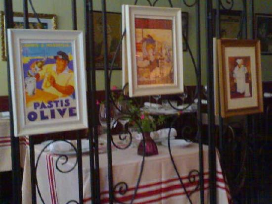 a table: à table-entrance
