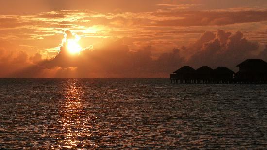 Anantara Veli Maldives Resort: sunset from our room