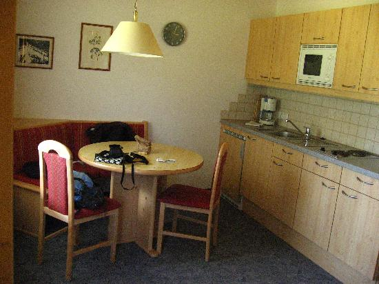 Gasthof Sonnblick: Apartment kitchen/dining area