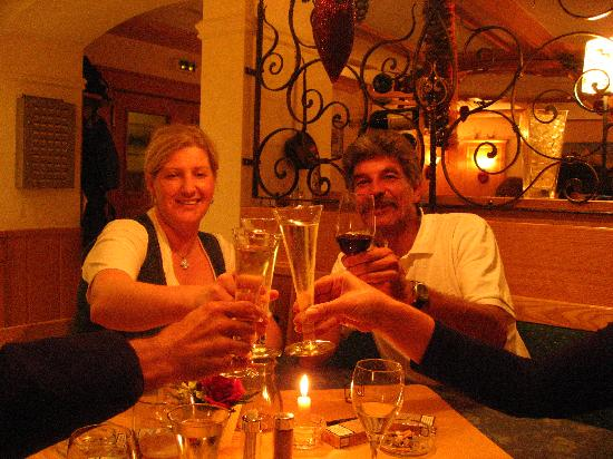 Gasthof Sonnblick: Claudia with guests in the bar