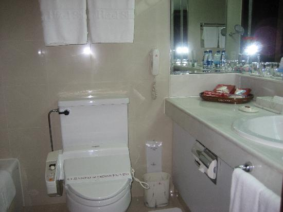 Okura Garden Hotel Shanghai: The bathroom