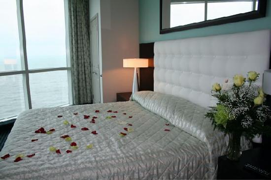 Oceans One Resort: flowers on the bed