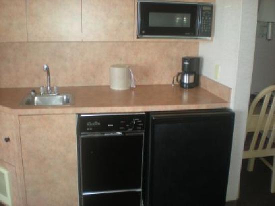 Hallmark Resort : mini-kitchen in room