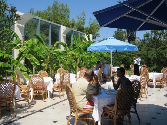 Caravia Beach Hotel: vue partielle resto terrasse extérieure