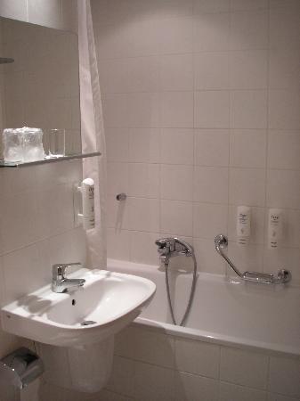Orea Hotel Voronez II: Baño.
