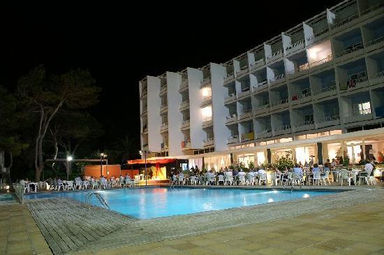 Palladium Hotel Don Carlos: Hotel pool area at night