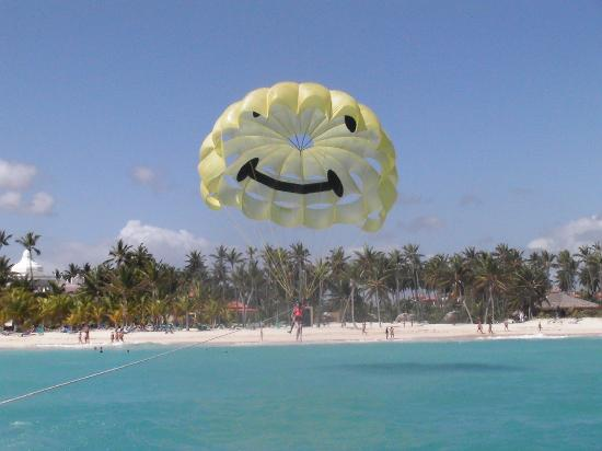 Luxury Bahia Principe Ambar Blue Don Pablo Collection: en parachute juste en face de notre hotel