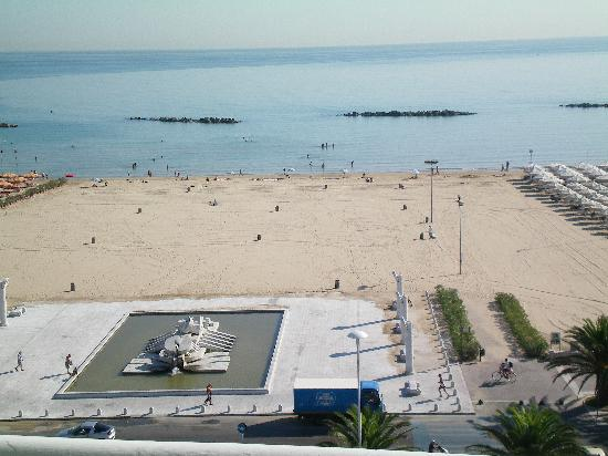 Esplanade Hotel: The view of the beach from the Rooftop Restaurant