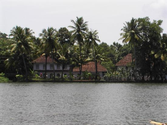 Maria Heritage Homes and Spa: Typical houses across the river bank