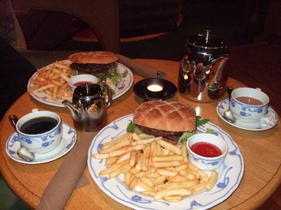 Soria Moria Hotel: A Light Bite!!! Burgers with coffee and hot chocolate.