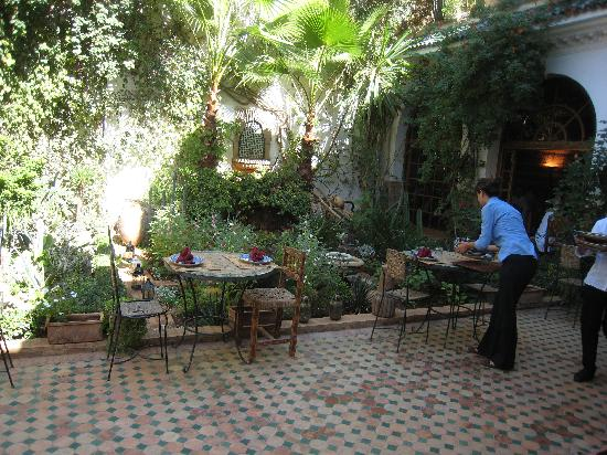 Riad Meknes: Where we sat, next to well-tended gardens
