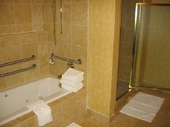 Embassy Suites by Hilton Northwest Arkansas: Suite Bathroom