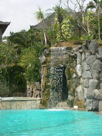 Hotel Vila Lumbung: Waterfall at the pool cave