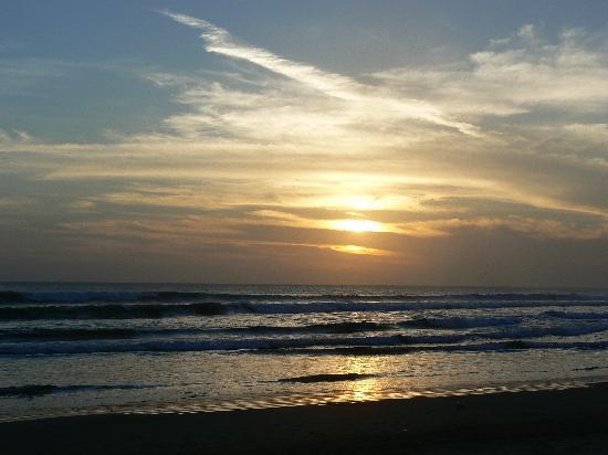 Hotel Vila Lumbung: Sunset Seminyak beach