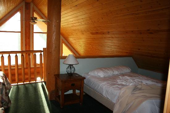 Chancellor Peak Chalets: loft bedroom