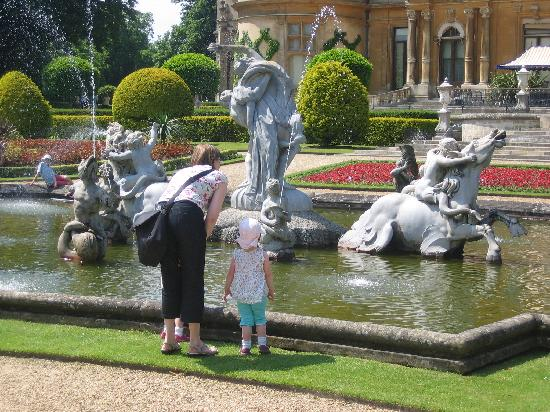 Waddesdon Manor: Fountains at rear of house