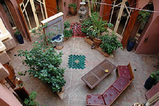 Riad Amira Victoria: courtyard