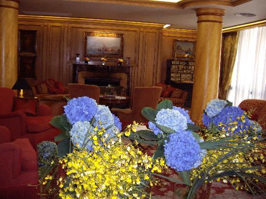 De Vigny Hotel: Beautiful Flowers in the Lounge